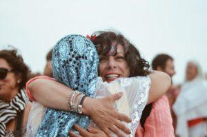 Deux femmes tziganes enlacées